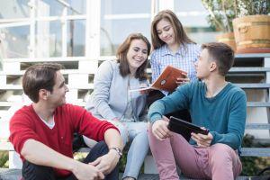 Studenci na schodach czytający książki