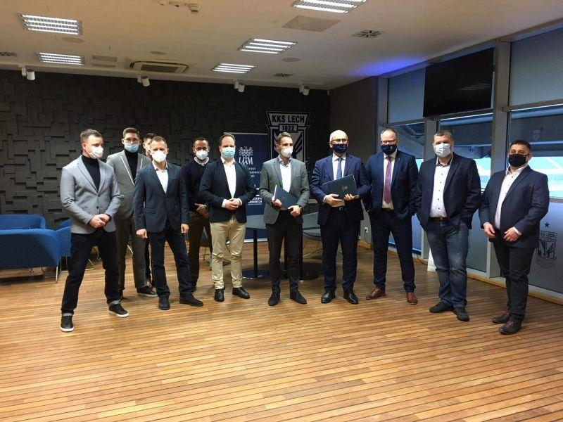 Prorektor Michał Banaszak, dziekan Krzysztof Dyczkowski i przedstawiciele KKS Lech po podpisaniu umowy o współpracy