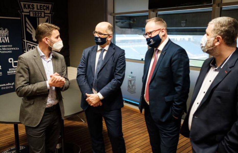 Prorektor Michał Banaszak, dziekan Krzysztof Dyczkowski, prodziekan Tomasz Górecki oraz prezes klubu Piotr Rutkowski