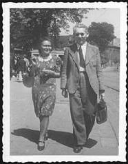 Fotografia z czasów wojny, Władysław Orlicz z aktówką oraz kobieta idą ulicą.